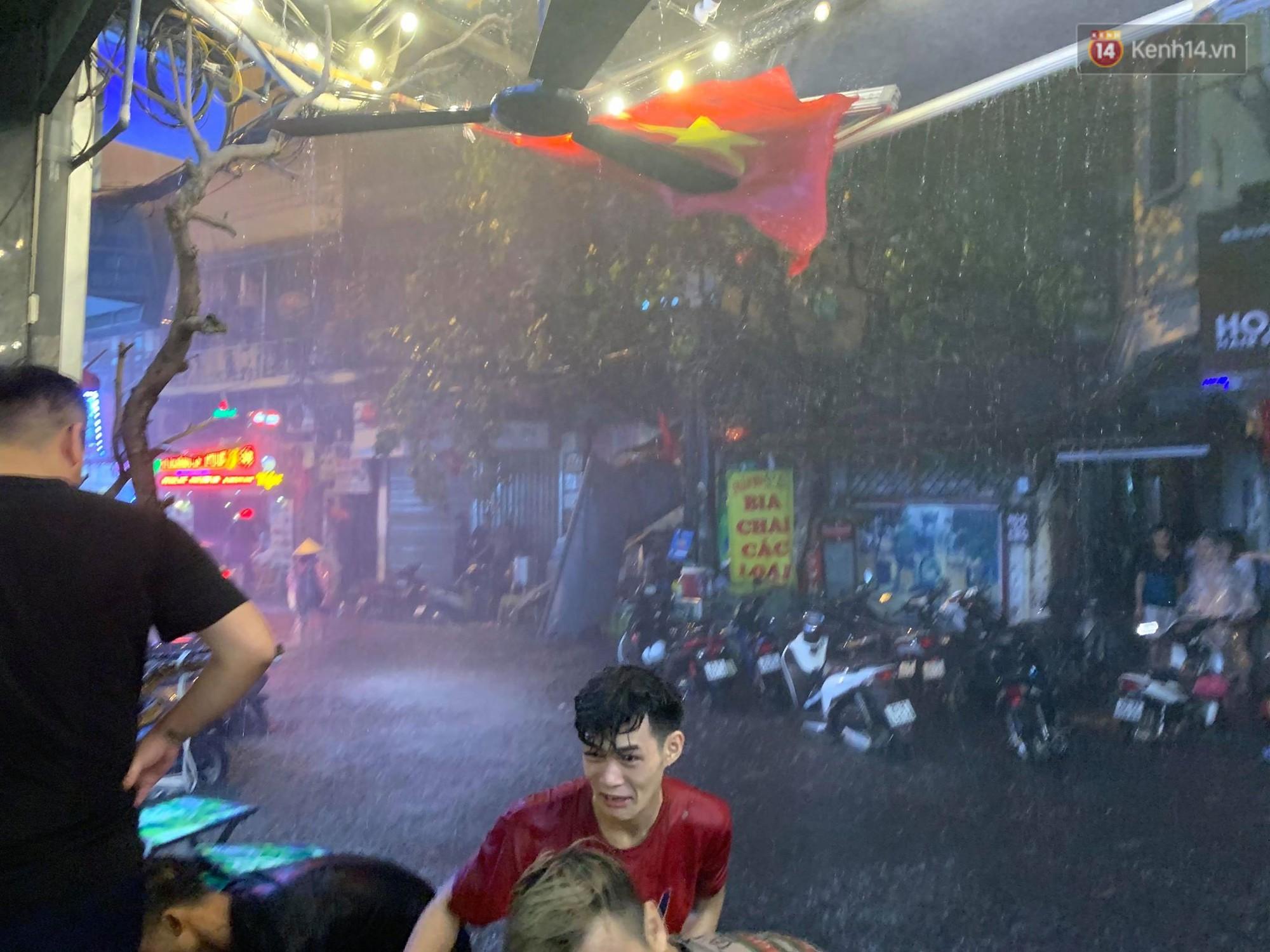 Hà Nội đón trận mưa lớn bất ngờ sau chuỗi ngày oi bức đến ngộp thở, một số tuyến đường bắt đầu ngập úng - Ảnh 1.