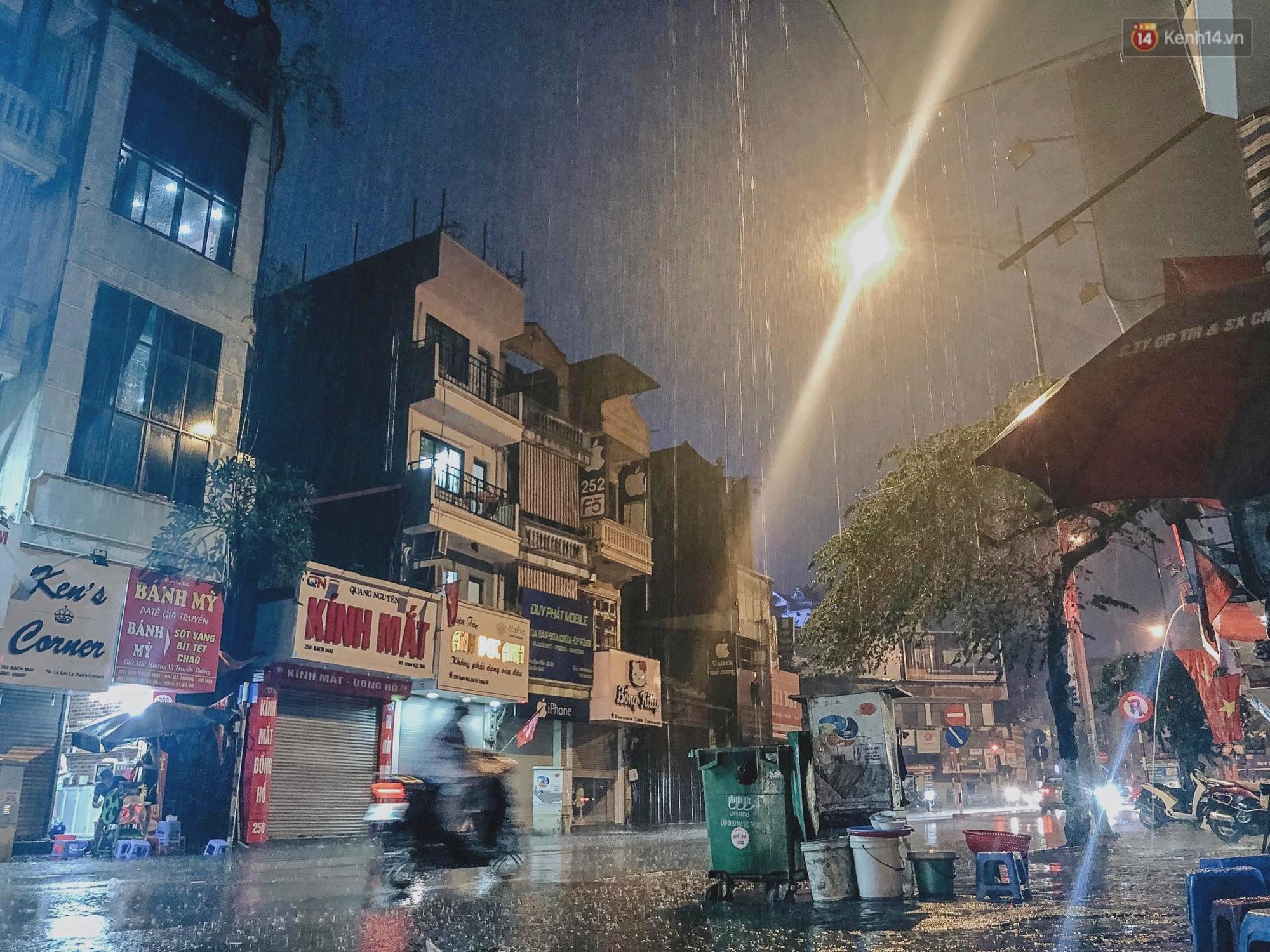 Hà Nội đón trận mưa lớn bất ngờ sau chuỗi ngày oi bức đến ngộp thở, một số tuyến đường bắt đầu ngập úng - Ảnh 2.