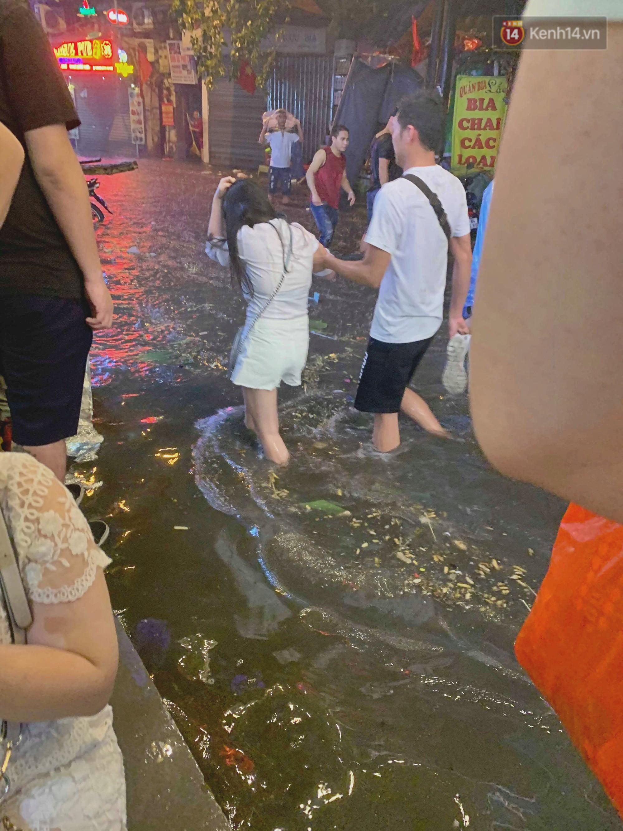 Hà Nội đón trận mưa lớn bất ngờ sau chuỗi ngày oi bức đến ngộp thở, một số tuyến đường bắt đầu ngập úng - Ảnh 5.