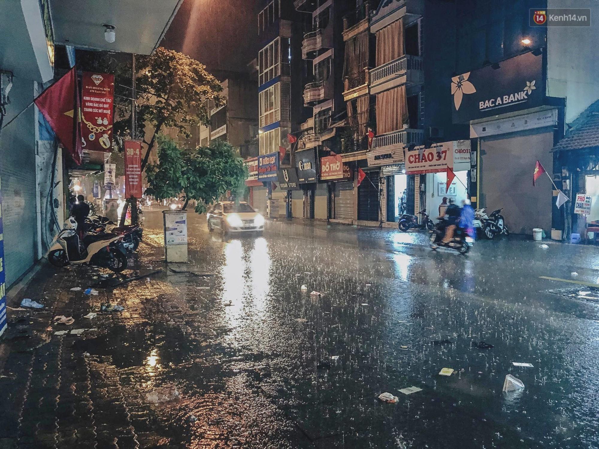 Hà Nội đón trận mưa lớn bất ngờ sau chuỗi ngày oi bức đến ngộp thở, một số tuyến đường bắt đầu ngập úng - Ảnh 3.