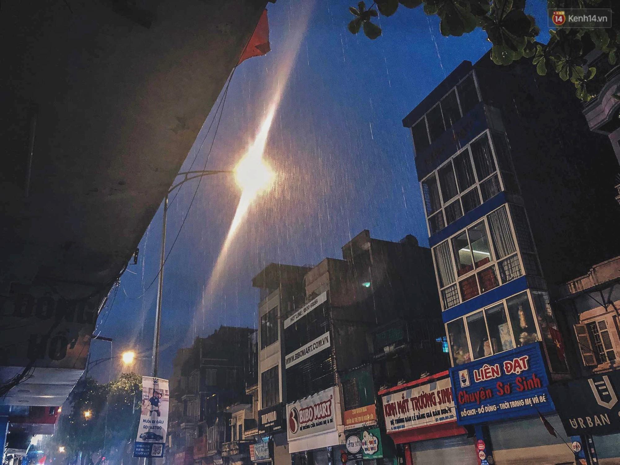Hà Nội đón trận mưa lớn bất ngờ sau chuỗi ngày oi bức đến ngộp thở, một số tuyến đường bắt đầu ngập úng - Ảnh 4.