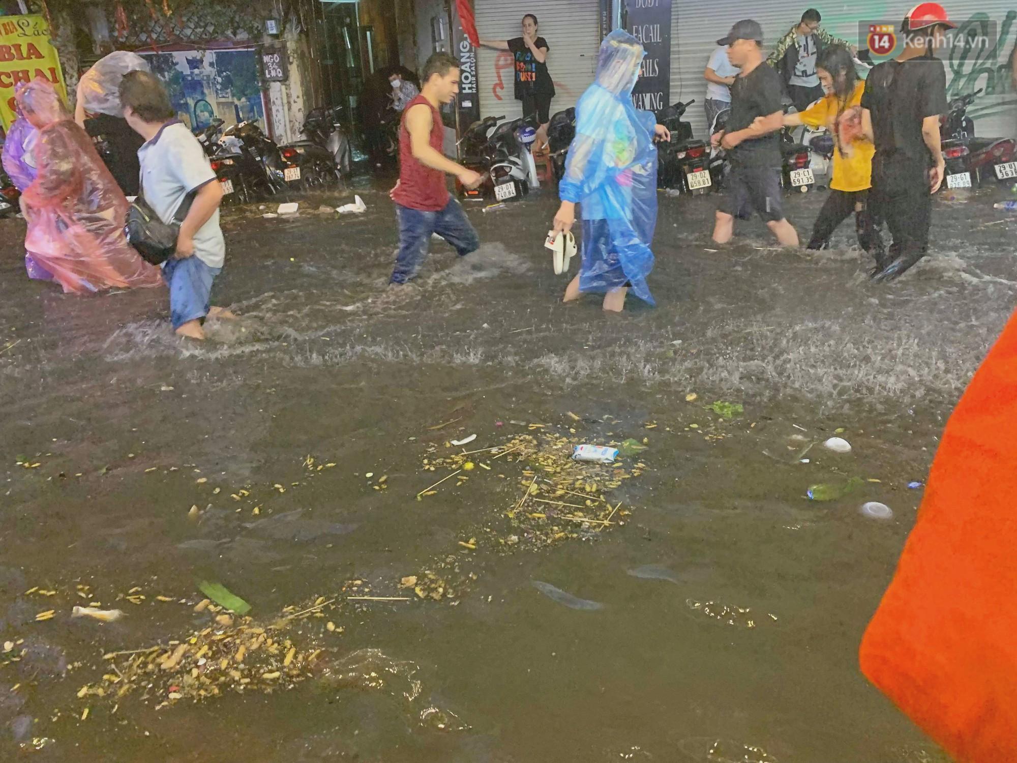 Hà Nội đón trận mưa lớn bất ngờ sau chuỗi ngày oi bức đến ngộp thở, một số tuyến đường bắt đầu ngập úng - Ảnh 7.