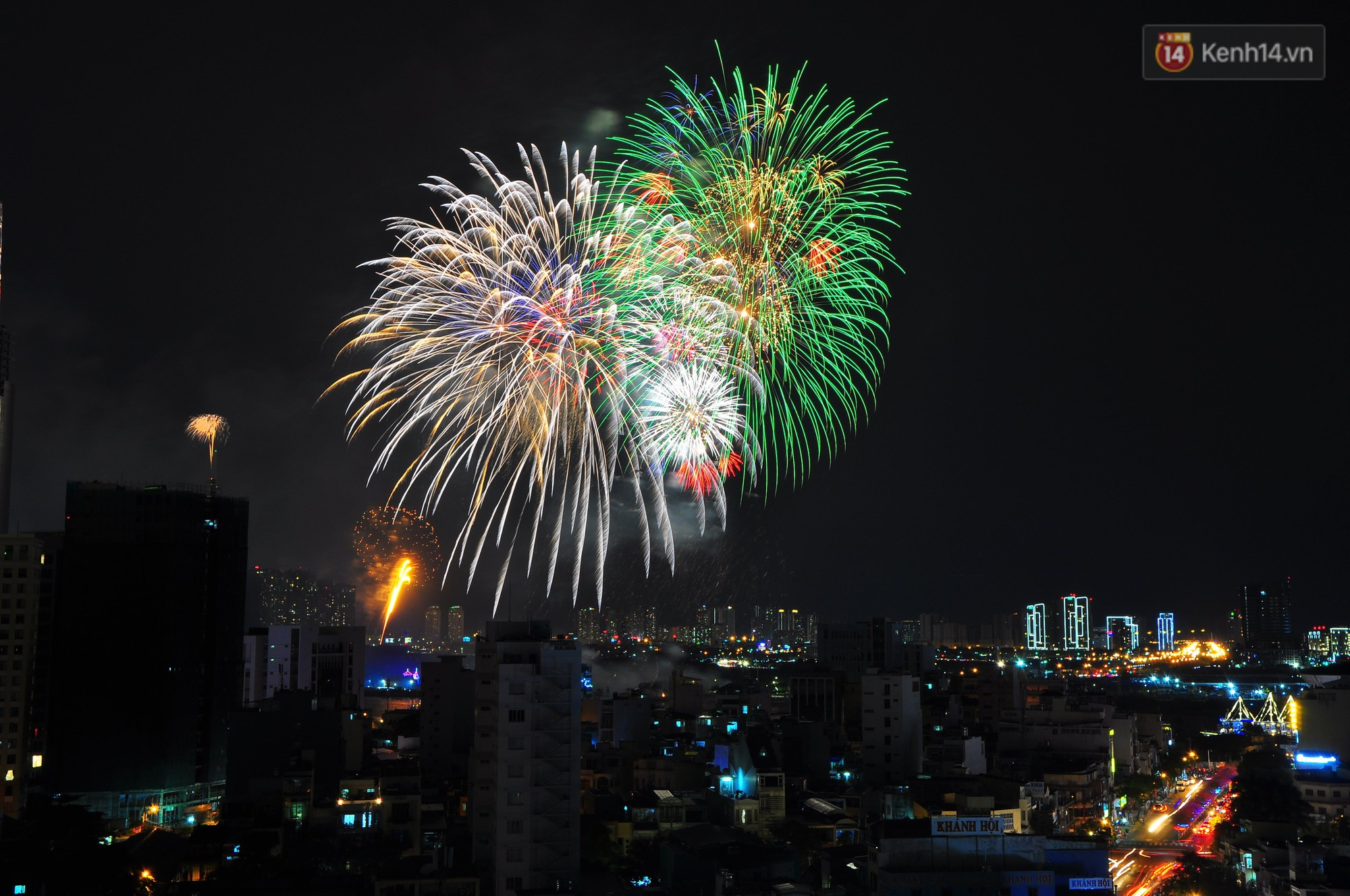 Loạt pháo hoa đẹp rực rỡ trên bầu trời Sài Gòn mừng 44 năm Giải phóng miền Nam thống nhất đất nước - Ảnh 4.