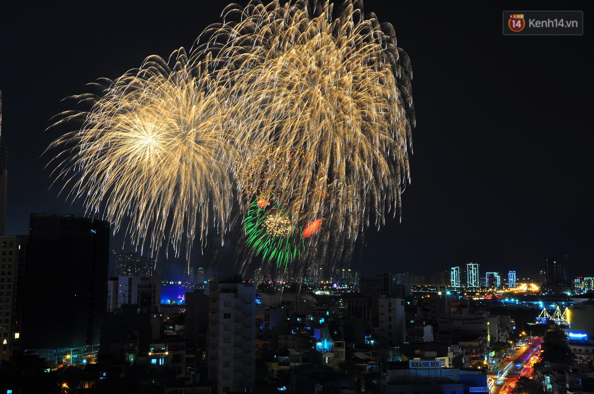 Loạt pháo hoa đẹp rực rỡ trên bầu trời Sài Gòn mừng 44 năm Giải phóng miền Nam thống nhất đất nước - Ảnh 13.