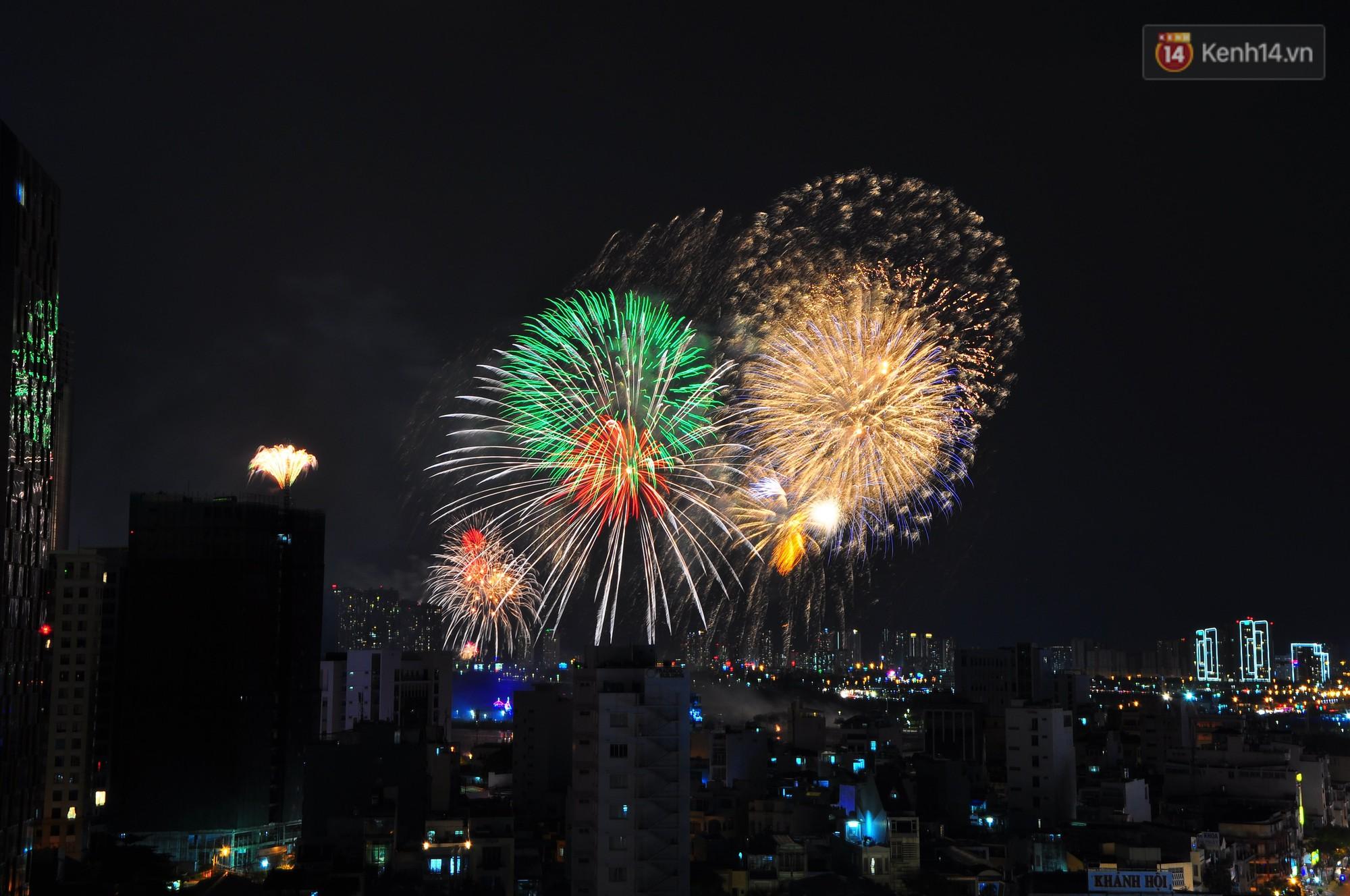 Loạt pháo hoa đẹp rực rỡ trên bầu trời Sài Gòn mừng 44 năm Giải phóng miền Nam thống nhất đất nước - Ảnh 9.