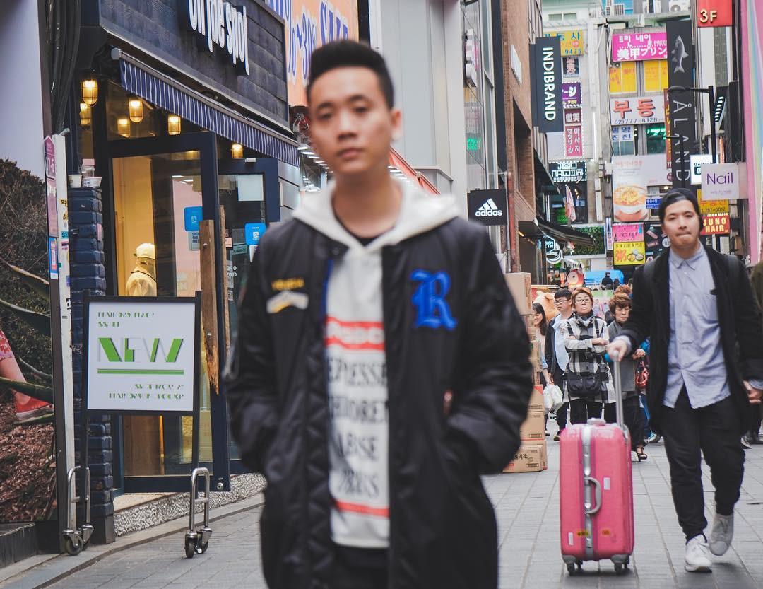 Đăng ảnh check-in ở Seoul, JustaTee khi khiến dân tình vừa cười vừa thương: Chụp 3 tấm hình thì out nét cả 3, lại còn out ngay nhân vật chính - Ảnh 1.
