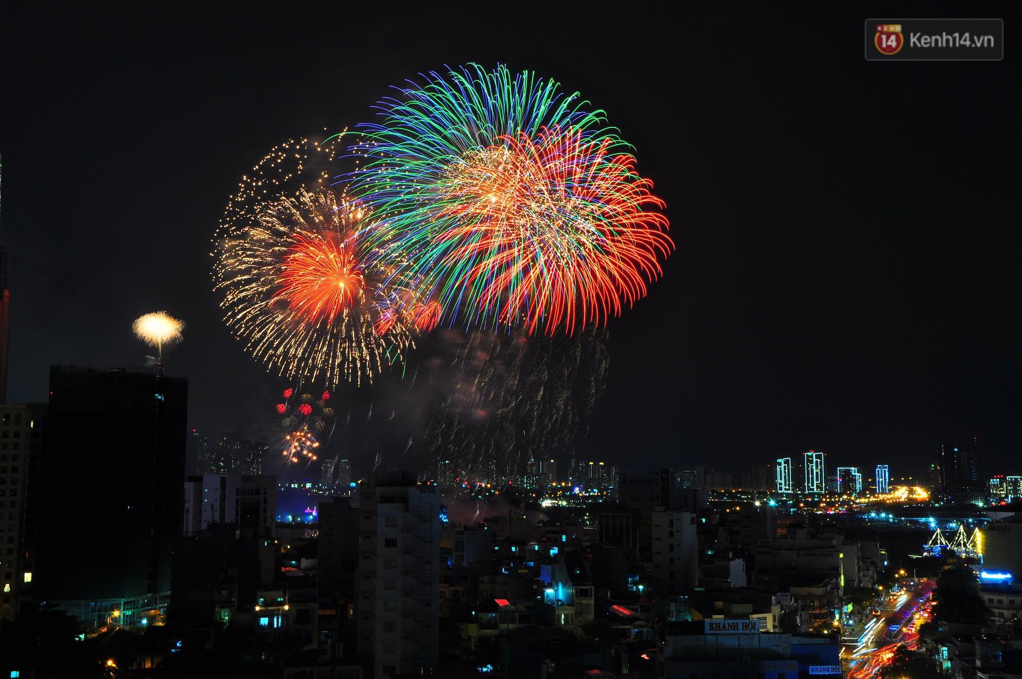 Loạt pháo hoa đẹp rực rỡ trên bầu trời Sài Gòn mừng 44 năm Giải phóng miền Nam thống nhất đất nước - Ảnh 11.
