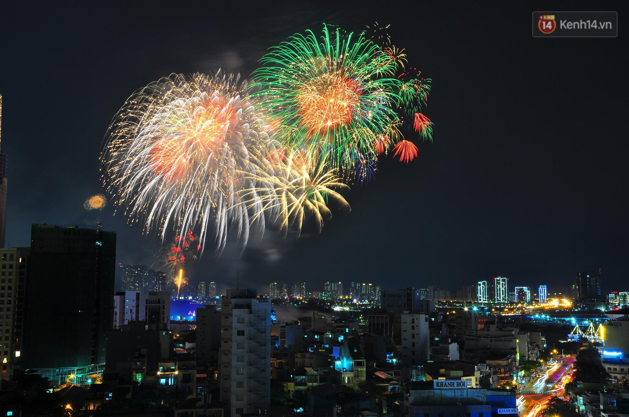Loạt pháo hoa đẹp rực rỡ trên bầu trời Sài Gòn mừng 44 năm Giải phóng miền Nam thống nhất đất nước - Ảnh 6.