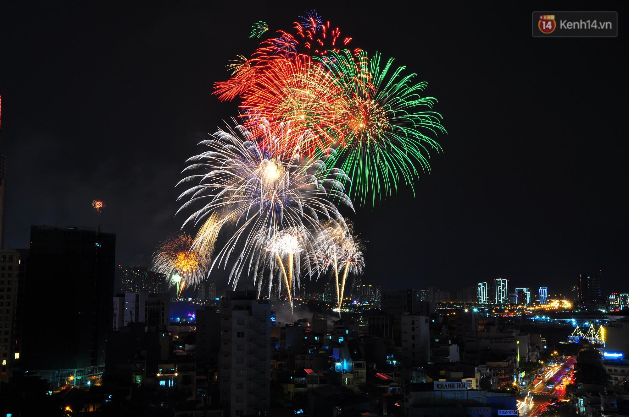 Loạt pháo hoa đẹp rực rỡ trên bầu trời Sài Gòn mừng 44 năm Giải phóng miền Nam thống nhất đất nước - Ảnh 7.