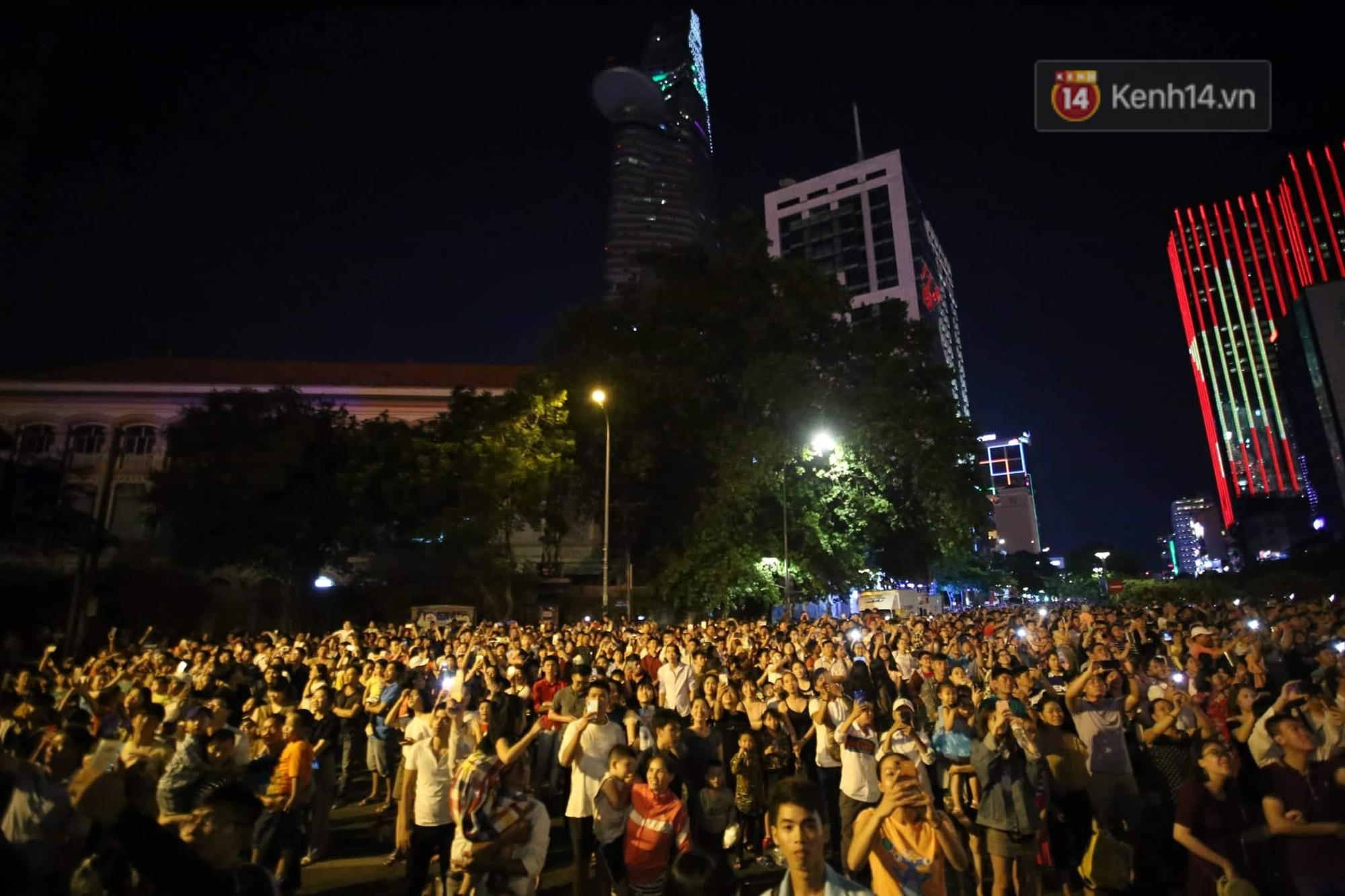 Loạt pháo hoa đẹp rực rỡ trên bầu trời Sài Gòn mừng 44 năm Giải phóng miền Nam thống nhất đất nước - Ảnh 2.