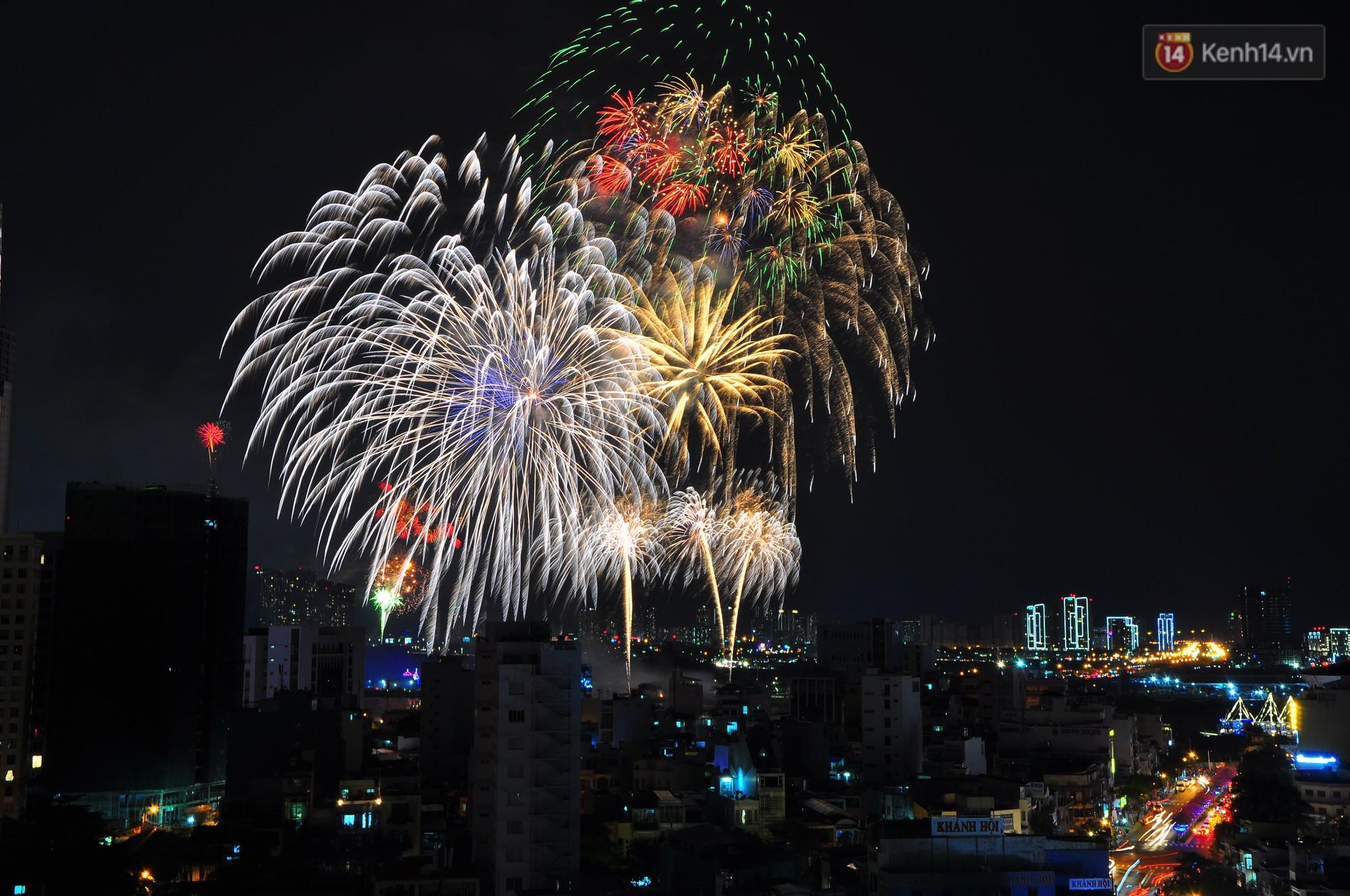 Loạt pháo hoa đẹp rực rỡ trên bầu trời Sài Gòn mừng 44 năm Giải phóng miền Nam thống nhất đất nước - Ảnh 10.