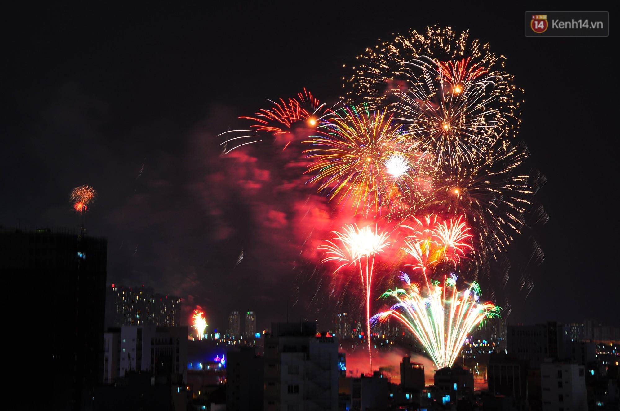 Loạt pháo hoa đẹp rực rỡ trên bầu trời Sài Gòn mừng 44 năm Giải phóng miền Nam thống nhất đất nước - Ảnh 3.
