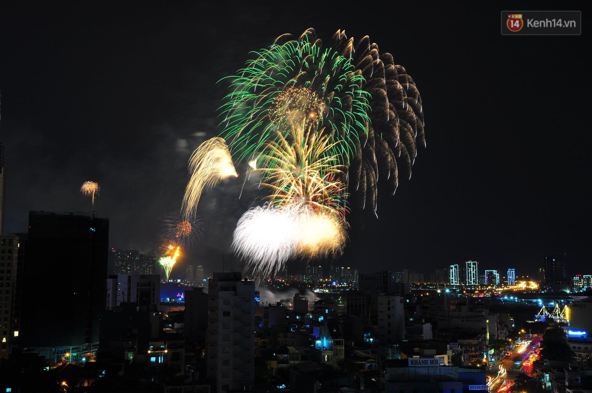 Loạt pháo hoa đẹp rực rỡ trên bầu trời Sài Gòn mừng 44 năm Giải phóng miền Nam thống nhất đất nước - Ảnh 5.