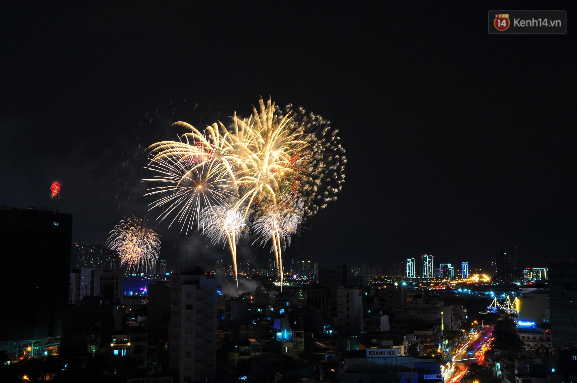 Loạt pháo hoa đẹp rực rỡ trên bầu trời Sài Gòn mừng 44 năm Giải phóng miền Nam thống nhất đất nước - Ảnh 8.