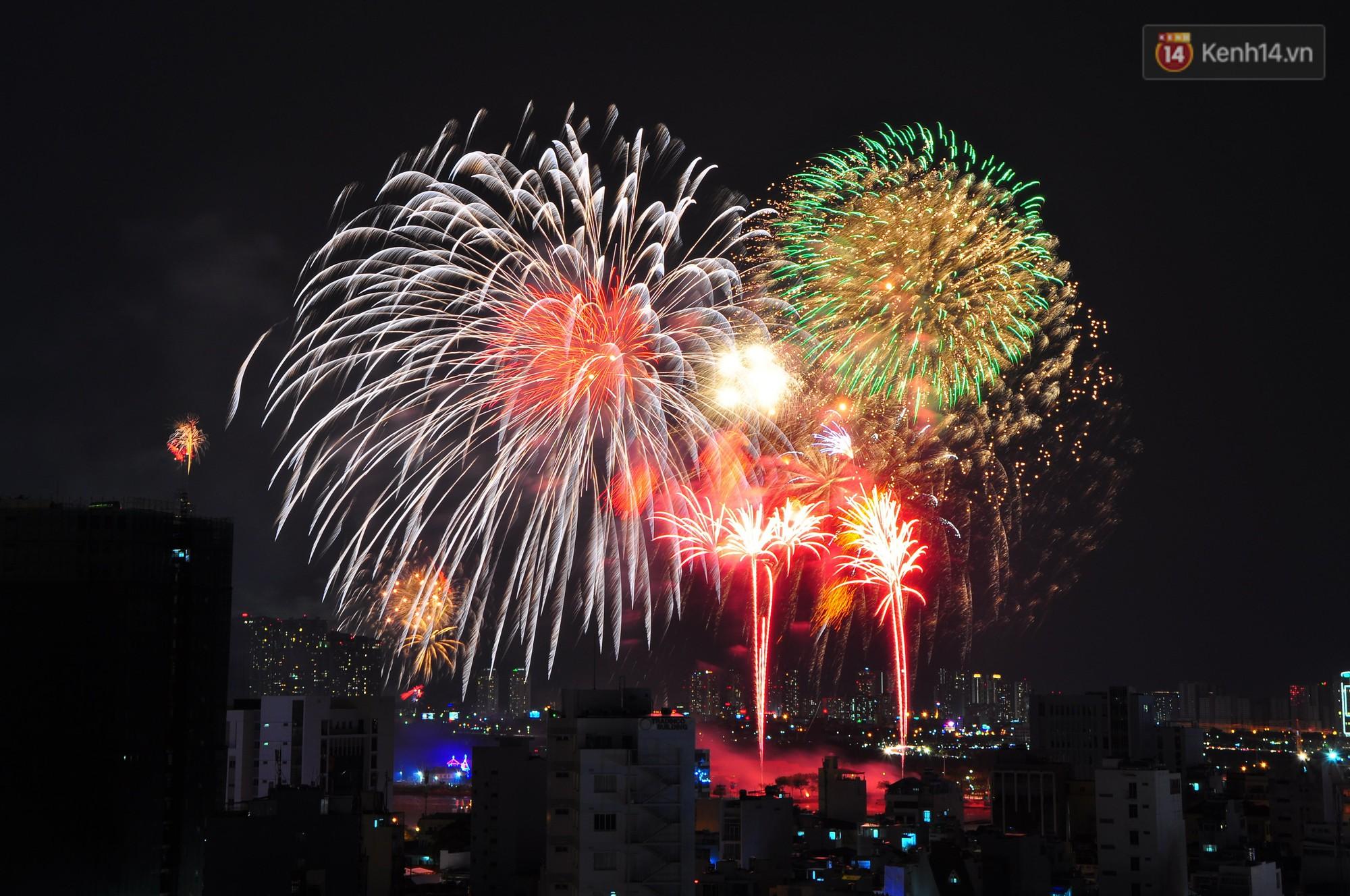 Loạt pháo hoa đẹp rực rỡ trên bầu trời Sài Gòn mừng 44 năm Giải phóng miền Nam thống nhất đất nước - Ảnh 1.