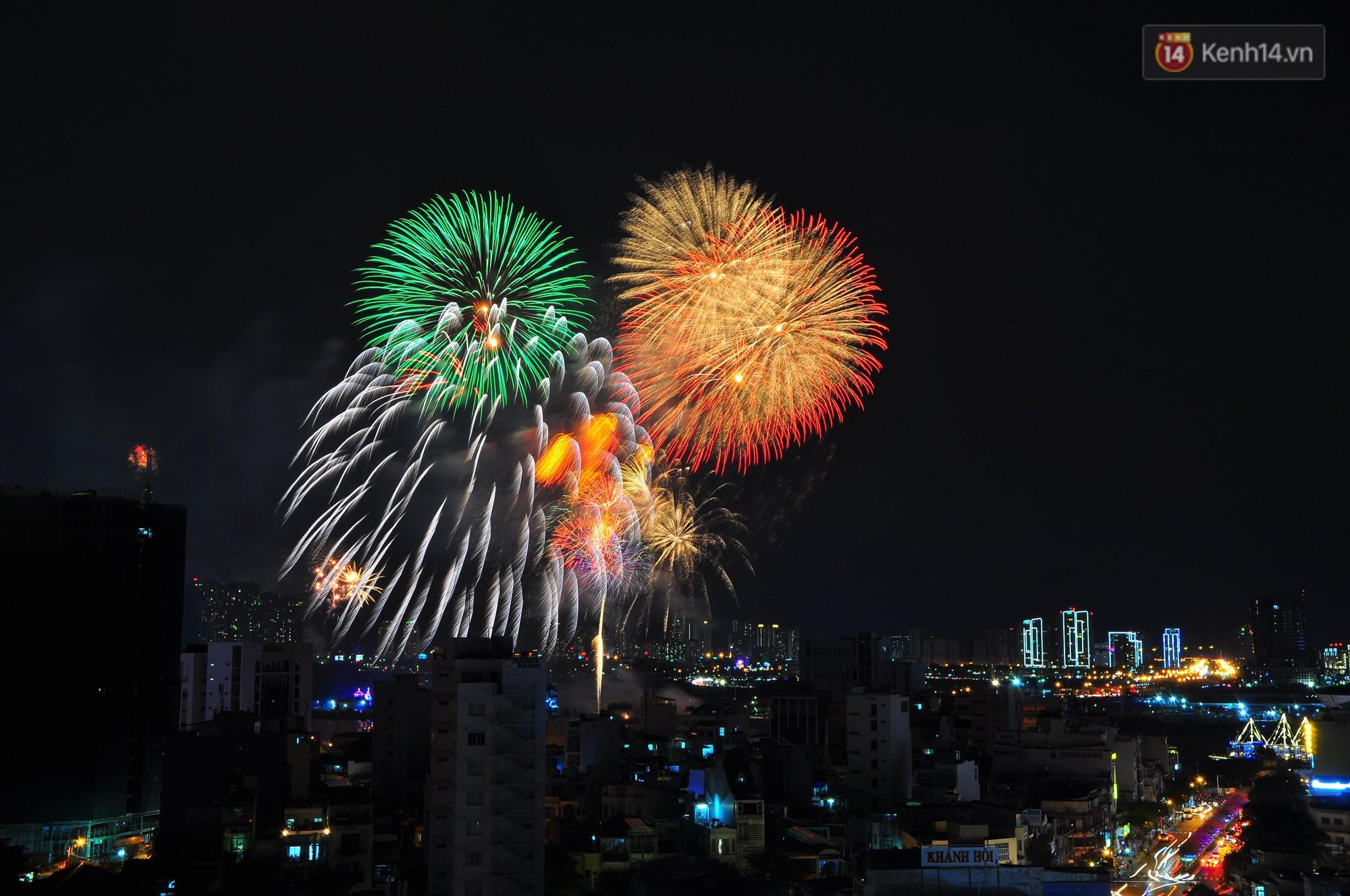 Loạt pháo hoa đẹp rực rỡ trên bầu trời Sài Gòn mừng 44 năm Giải phóng miền Nam thống nhất đất nước - Ảnh 12.