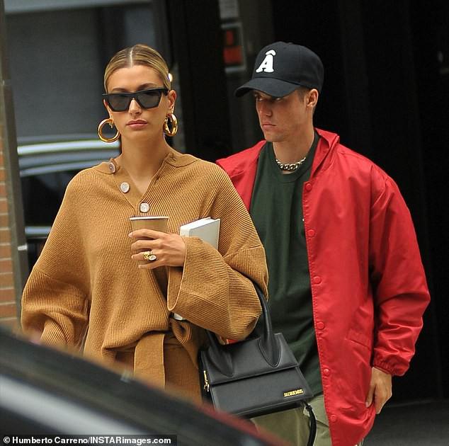 Vẫn cùng vợ Hailey Baldwin sóng vai xuất hiện, nhưng biểu cảm của Justin Bieber lại chán nản bất thường - Ảnh 2.