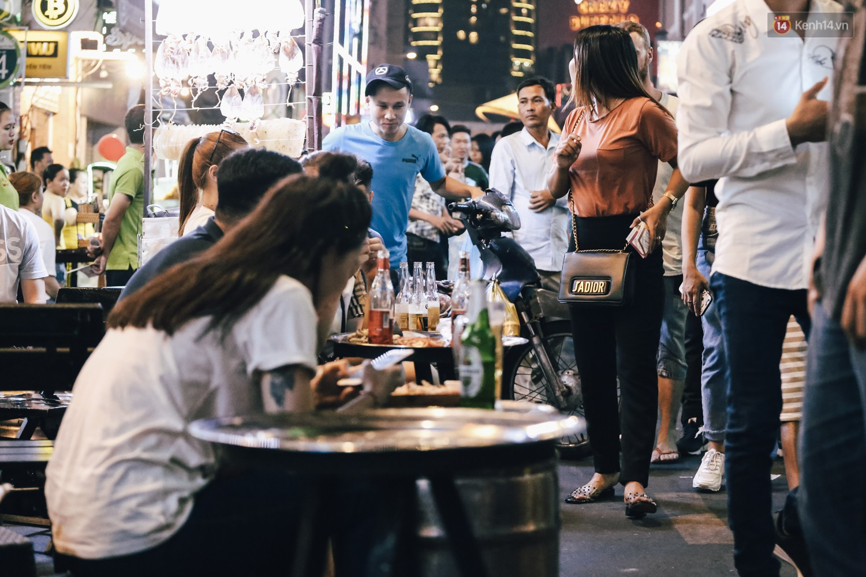 Chùm ảnh: Khi phố đi bộ Bùi Viện thành phố đi nhậu, bóng cười được mua bán công khai - Ảnh 7.