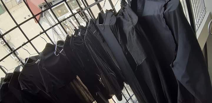 Trên đời luôn tồn tại 1 kiểu người tủ quần áo chỉ có duy nhất một màu đen bất kể kiểu dáng - Ảnh 4.