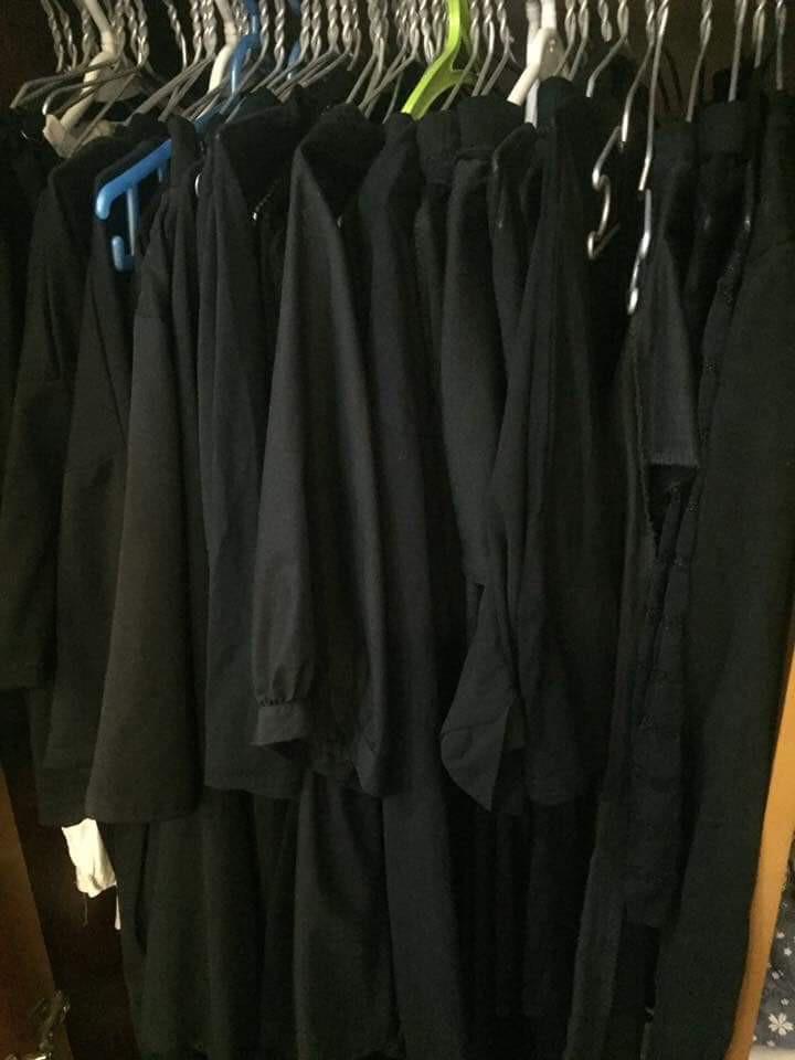Trên đời luôn tồn tại 1 kiểu người tủ quần áo chỉ có duy nhất một màu đen bất kể kiểu dáng - Ảnh 3.