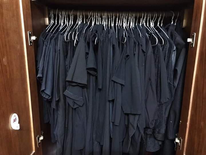 Trên đời luôn tồn tại 1 kiểu người tủ quần áo chỉ có duy nhất một màu đen bất kể kiểu dáng - Ảnh 1.