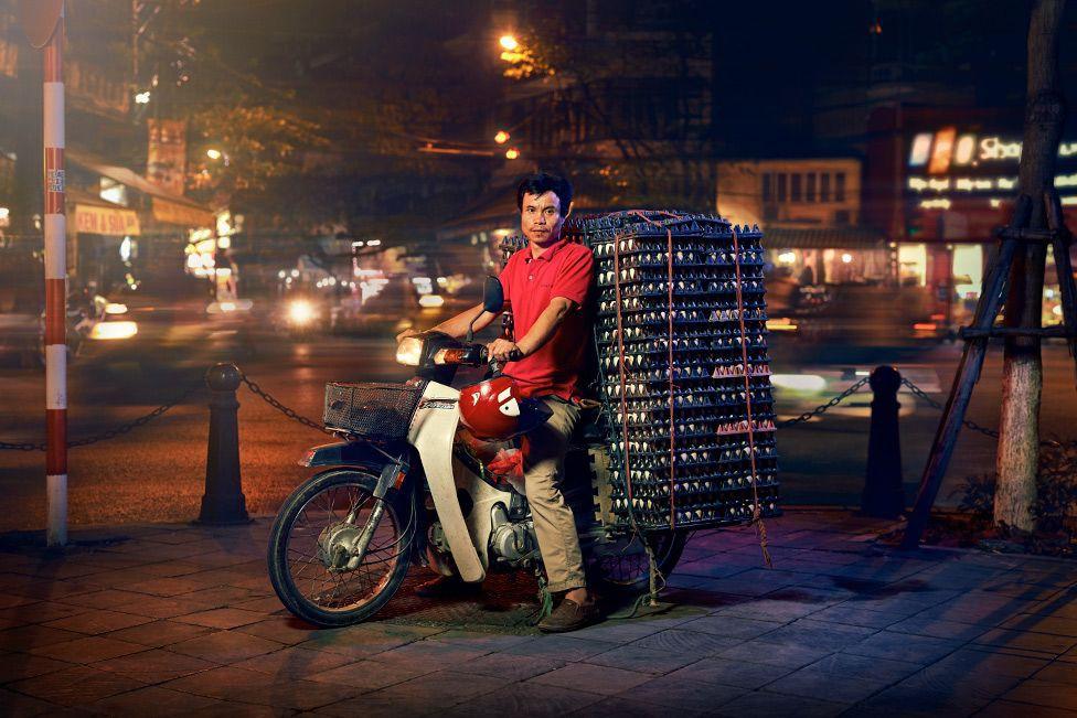 Lặng người trước một Hà Nội chân thực trên yên xe máy dưới góc nhìn nghệ thuật của nhiếp ảnh gia người Anh - Ảnh 4.