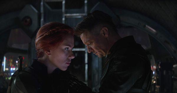 Black Widow và Hawkeye tranh nhau hi sinh mạng sống vì nghĩa lớn.