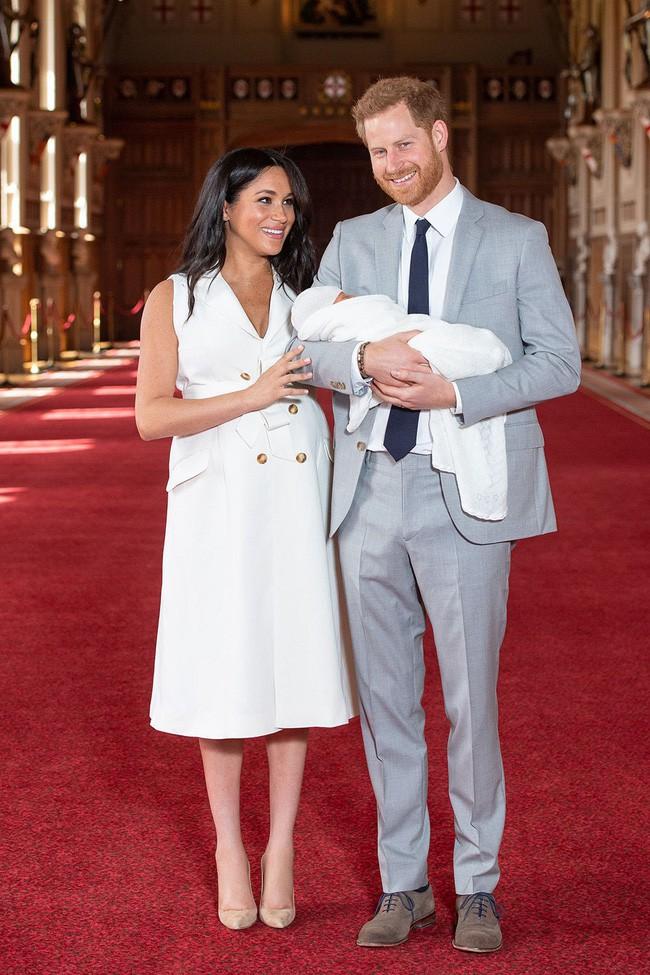 Style lộ diện sau sinh của 2 nàng dâu Hoàng gia: Chị chọn váy suông giấu dáng, em chẳng ngại mặc váy thắt eo nhưng lạ ở chỗ là cùng đi 1 kiểu giày - Ảnh 3.