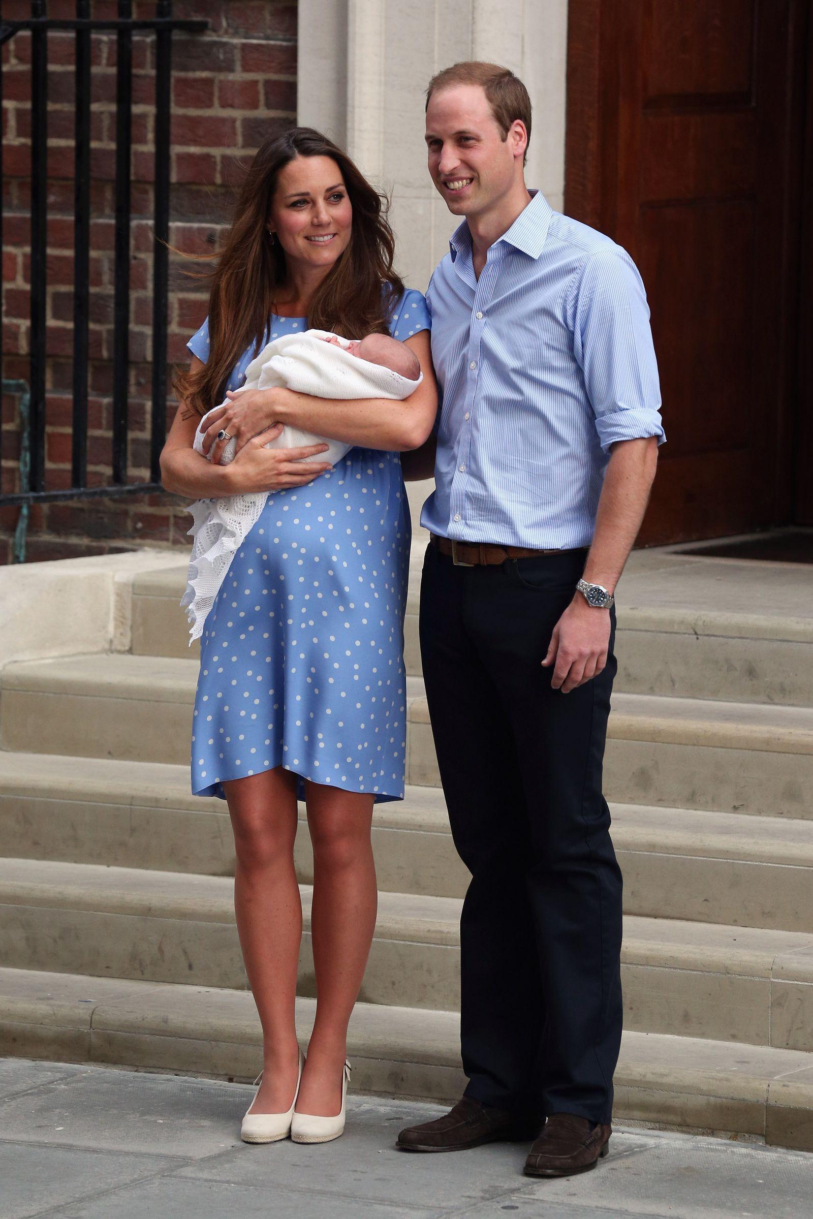 Style lộ diện sau sinh của 2 nàng dâu Hoàng gia: Chị chọn váy suông giấu dáng, em chẳng ngại mặc váy thắt eo nhưng lạ ở chỗ là cùng đi 1 kiểu giày - Ảnh 5.