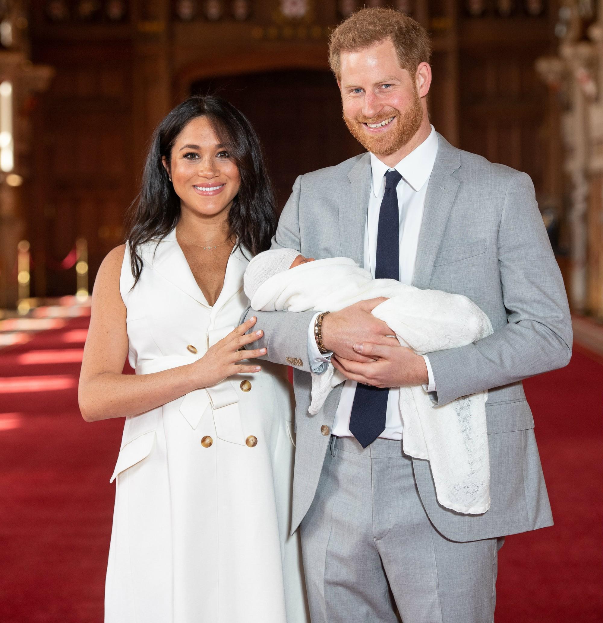 Style lộ diện sau sinh của 2 nàng dâu Hoàng gia: Chị chọn váy suông giấu dáng, em chẳng ngại mặc váy thắt eo nhưng lạ ở chỗ là cùng đi 1 kiểu giày - Ảnh 2.