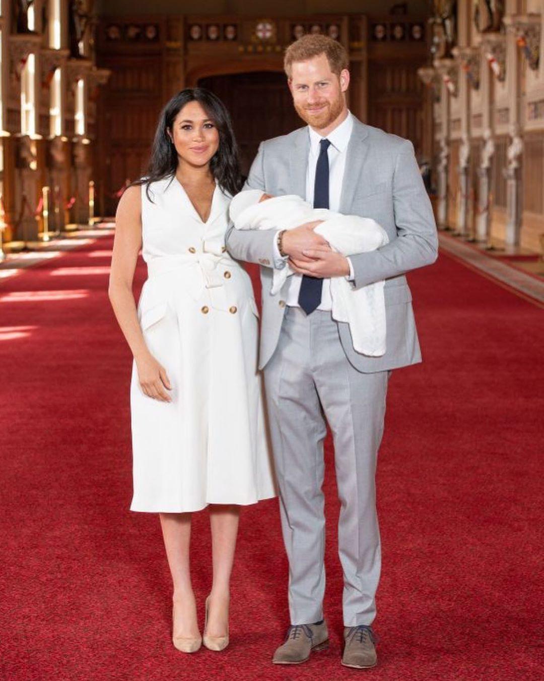 Style lộ diện sau sinh của 2 nàng dâu Hoàng gia: Chị chọn váy suông giấu dáng, em chẳng ngại mặc váy thắt eo nhưng lạ ở chỗ là cùng đi 1 kiểu giày - Ảnh 1.