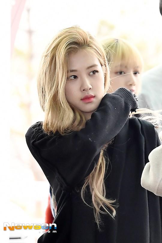 Đâu cần lồng lộn, Rosé (BLACKPINK) mặc đồ trắng đen thôi mà làm sáng bừng cả sân bay, lấn át cả các thành viên - Ảnh 3.