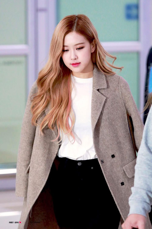 Đâu cần lồng lộn, Rosé (BLACKPINK) mặc đồ trắng đen thôi mà làm sáng bừng cả sân bay, lấn át cả các thành viên - Ảnh 10.
