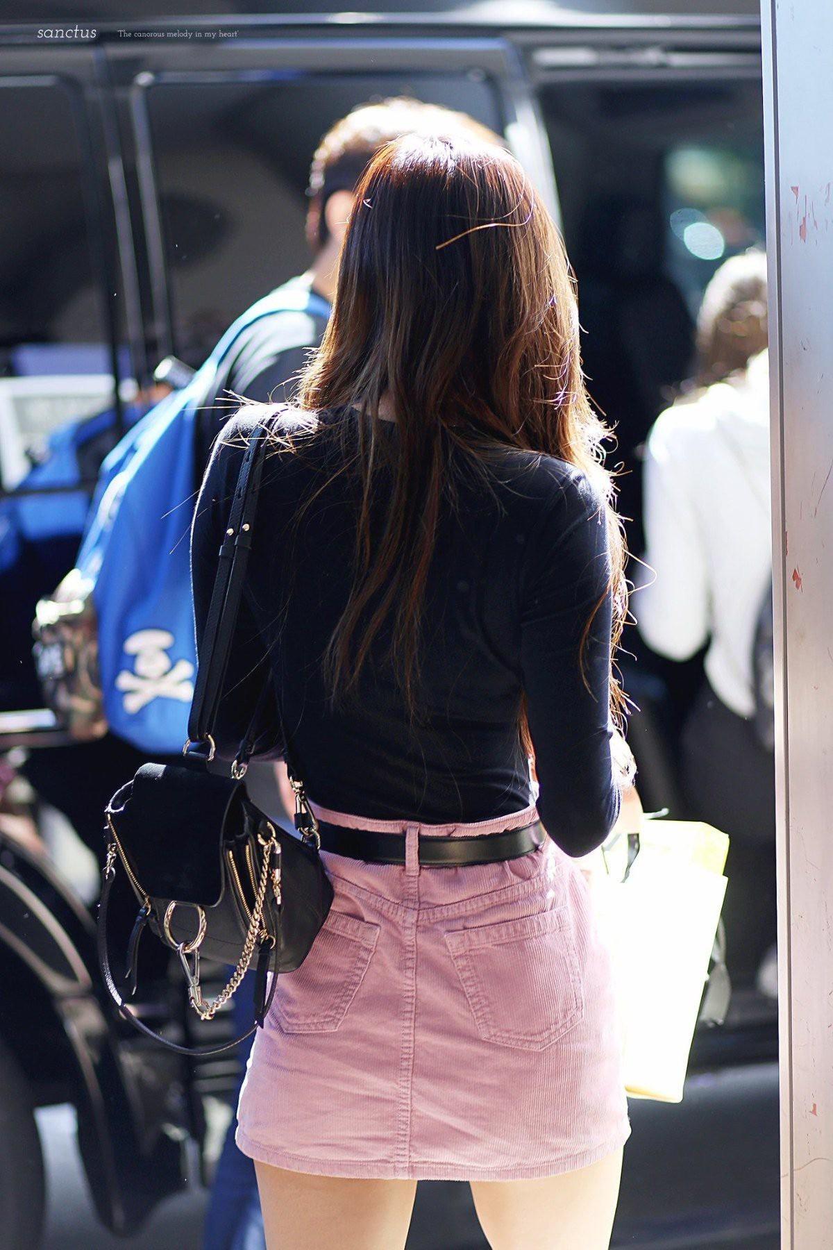 Đâu cần lồng lộn, Rosé (BLACKPINK) mặc đồ trắng đen thôi mà làm sáng bừng cả sân bay, lấn át cả các thành viên - Ảnh 6.