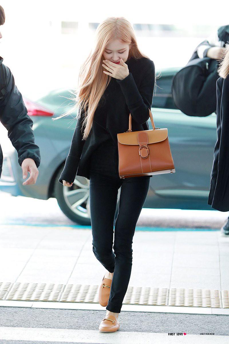 Đâu cần lồng lộn, Rosé (BLACKPINK) mặc đồ trắng đen thôi mà làm sáng bừng cả sân bay, lấn át cả các thành viên - Ảnh 1.