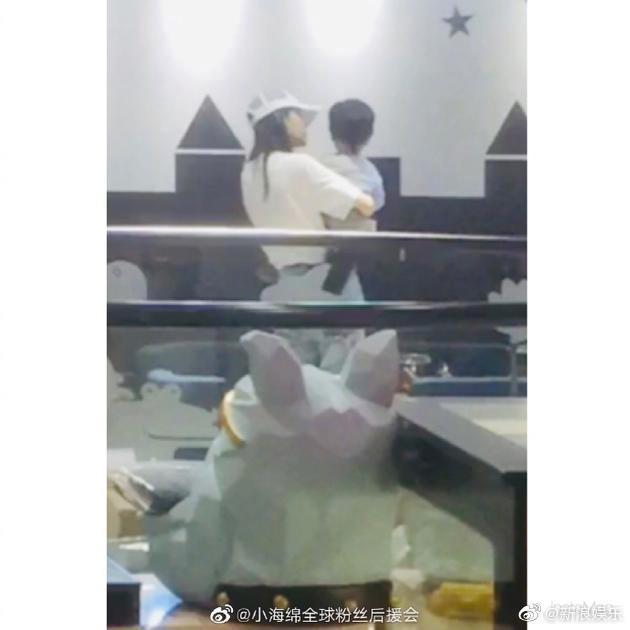 Thêm nghi vấn Angela Baby ly hôn Huỳnh Hiểu Minh: Đưa con trai đi chơi 1 mình, ông xã không chúc mừng Ngày Của Mẹ - Ảnh 1.