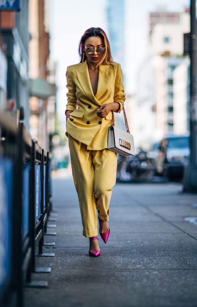 4 kiểu phối màu tưởng không hợp nhưng có thể biến bộ trang phục đơn điệu của chị em trở nên ấn tượng hơn hẳn - Ảnh 1.