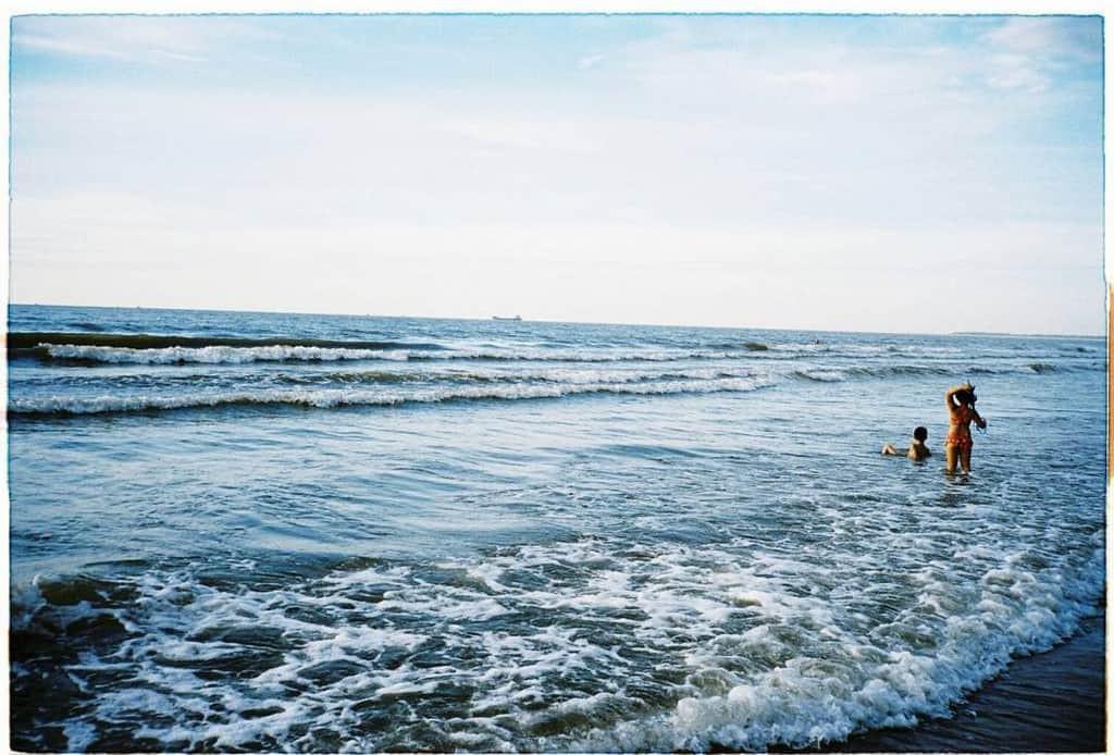 Không thể ngờ ở ngay gần Hà Nội cũng có khu cầu cảng trắng muốt mang hơi thở châu Âu thế này - Ảnh 1.