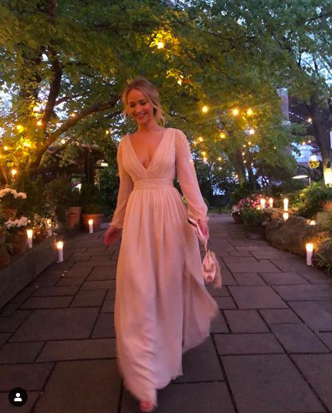 Mỹ nhân gợi cảm nhất thế giới Jennifer Lawrence khoe vòng 1  đẫy đà trong tiệc đính hôn cùng bạn trai giàu có  - Ảnh 2.