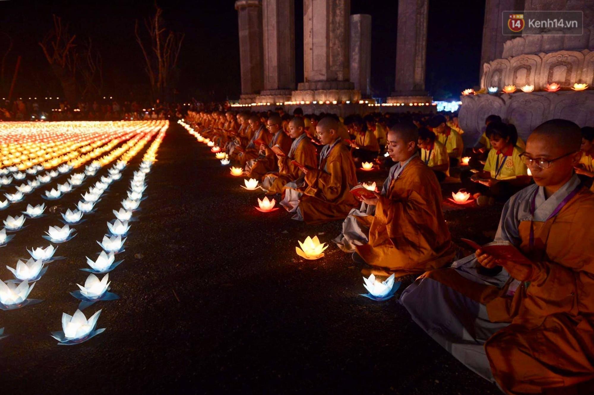 Hàng vạn người tham gia buổi lễ cầu nguyện hoà bình và hoa đăng tại chùa Tam Chúc - Ảnh 12.