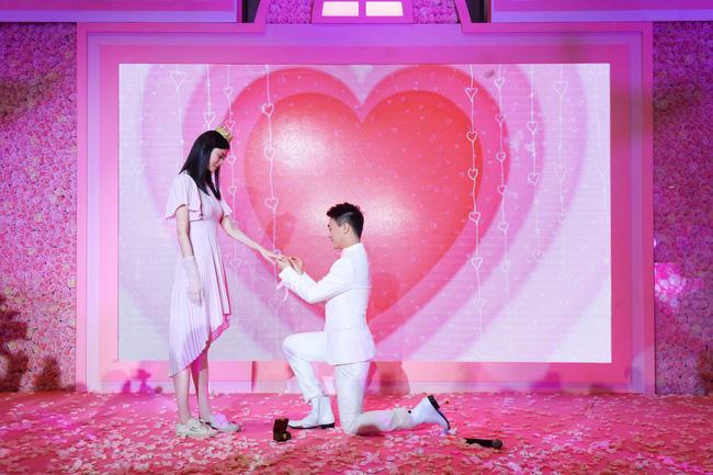 Ming Xi thực sự là công chúa trong màn cầu hôn khi khéo sửa váy hiệu 60 triệu, đội vương miện sang chảnh - Ảnh 2.