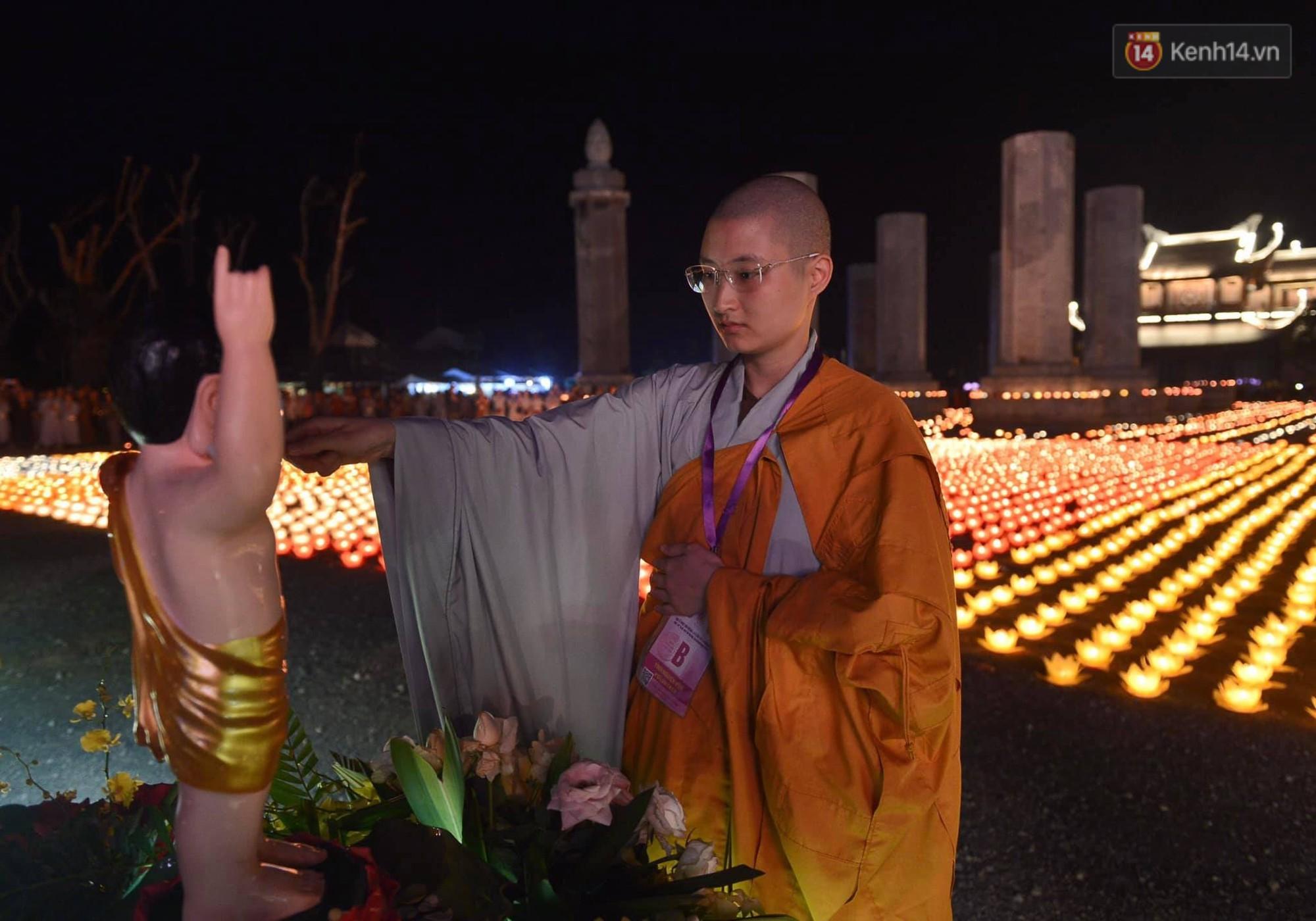 Hàng vạn người tham gia buổi lễ cầu nguyện hoà bình và hoa đăng tại chùa Tam Chúc - Ảnh 14.