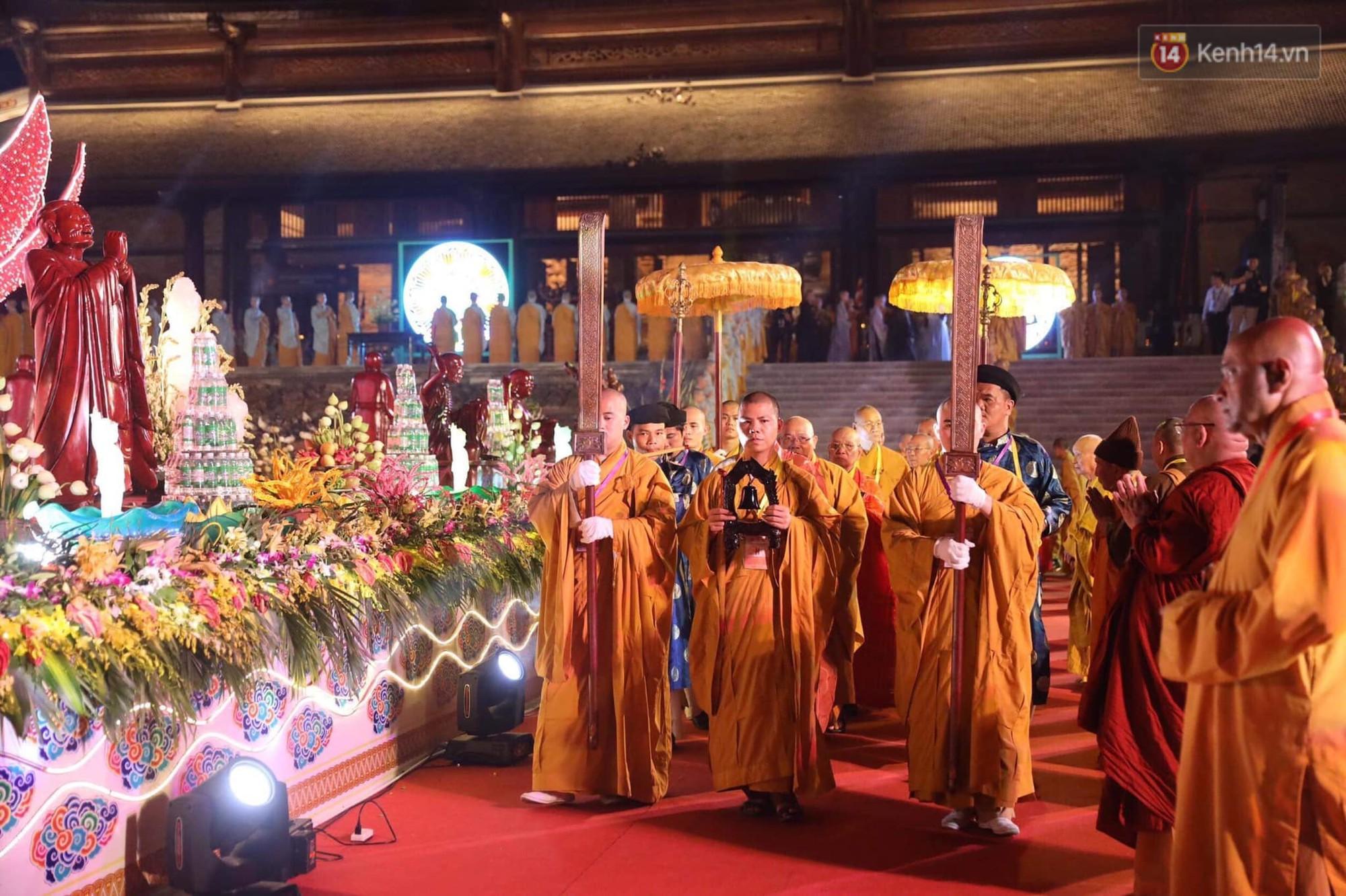 Hàng vạn người tham gia buổi lễ cầu nguyện hoà bình và hoa đăng tại chùa Tam Chúc - Ảnh 8.