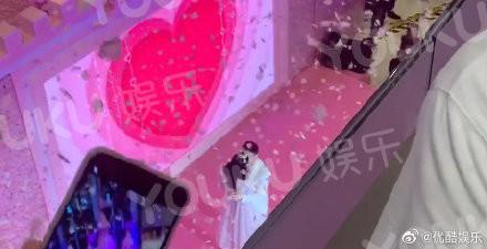 Con trai vua sòng bạc Ma Cao cầu hôn, dân tình chỉ soi vòng hai của thiên thần Victoria's Secret và hộp nhẫn quê quê bạc tỷ - Ảnh 2.