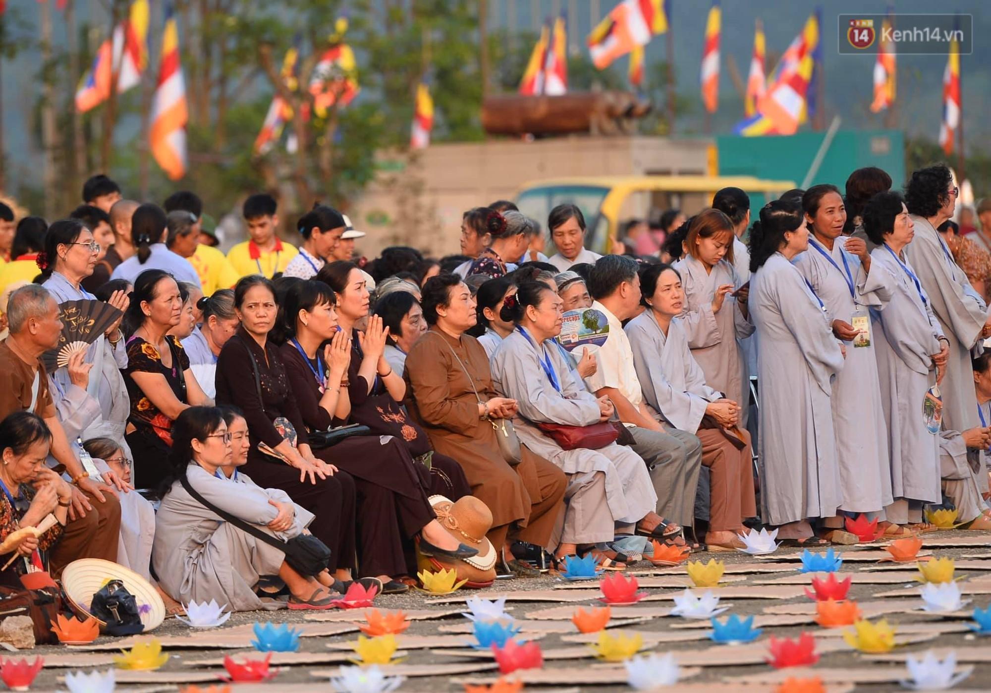 Hàng vạn người tham gia buổi lễ cầu nguyện hoà bình và hoa đăng tại chùa Tam Chúc - Ảnh 3.