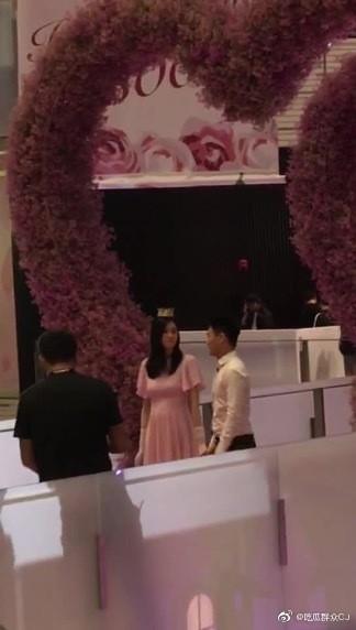 Con trai vua sòng bạc Ma Cao cầu hôn, dân tình chỉ soi vòng hai của thiên thần Victoria's Secret và hộp nhẫn quê quê bạc tỷ - Ảnh 4.