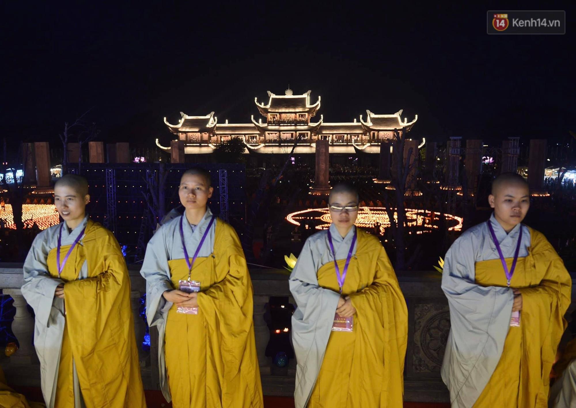 Hàng vạn người tham gia buổi lễ cầu nguyện hoà bình và hoa đăng tại chùa Tam Chúc - Ảnh 13.