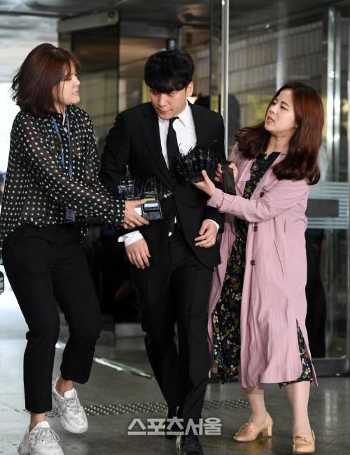Seungri cuối cùng đã có mặt tại tòa để chờ lệnh bắt: Vẫn bình tĩnh dù cảnh sát xác nhận giữ bằng chứng mua dâm - Ảnh 4.