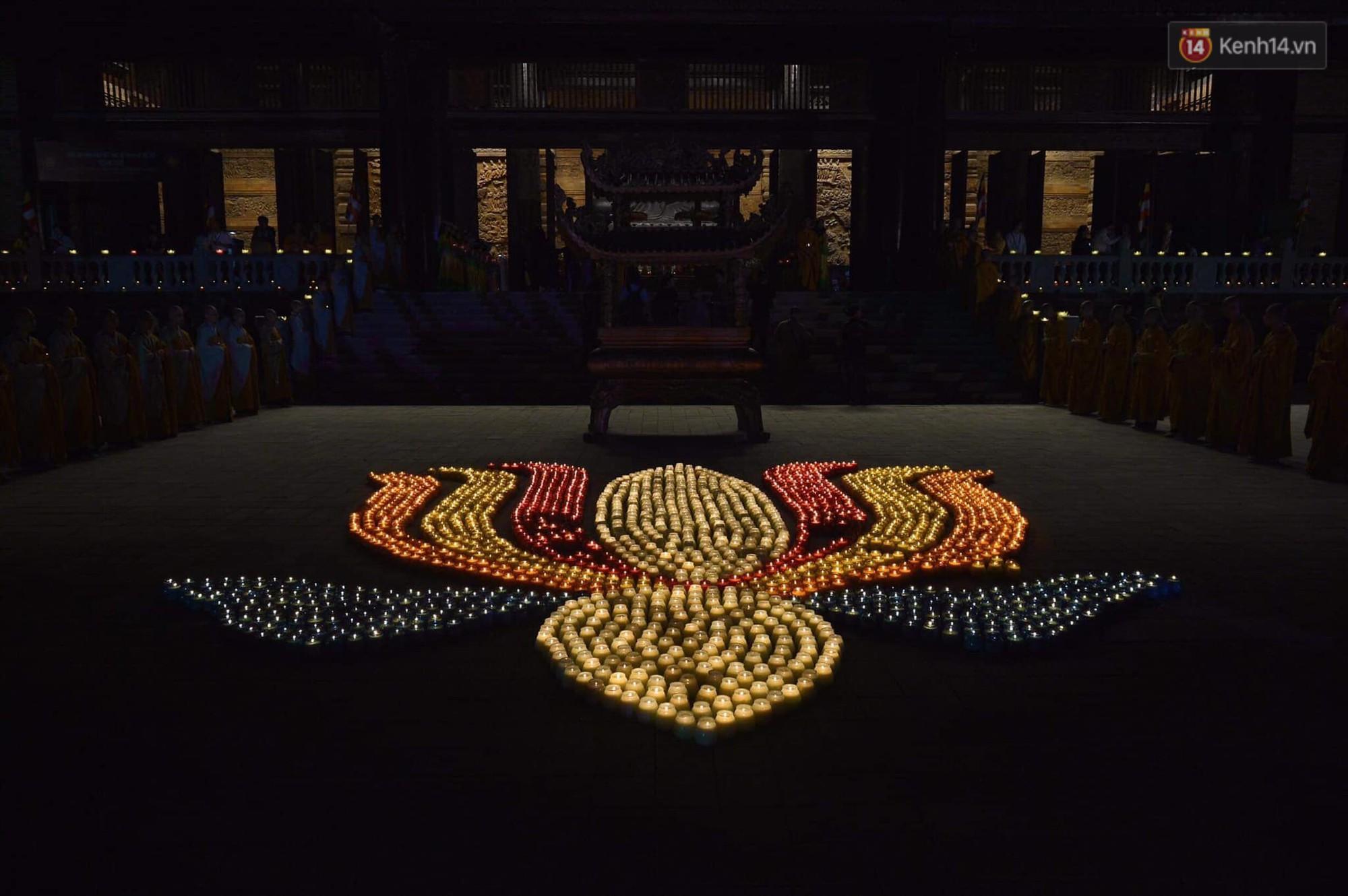 Hàng vạn người tham gia buổi lễ cầu nguyện hoà bình và hoa đăng tại chùa Tam Chúc - Ảnh 11.