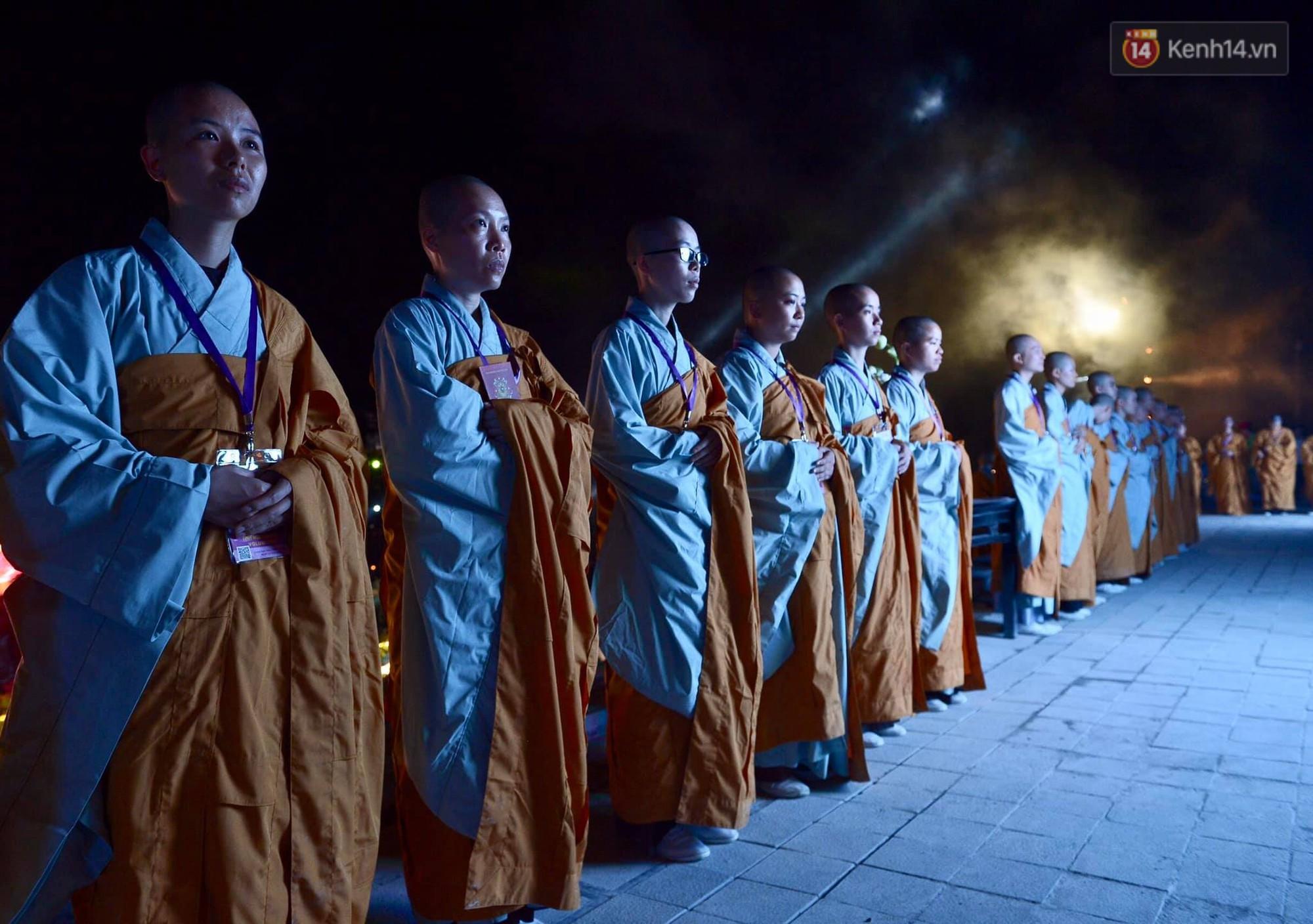 Hàng vạn người tham gia buổi lễ cầu nguyện hoà bình và hoa đăng tại chùa Tam Chúc - Ảnh 7.